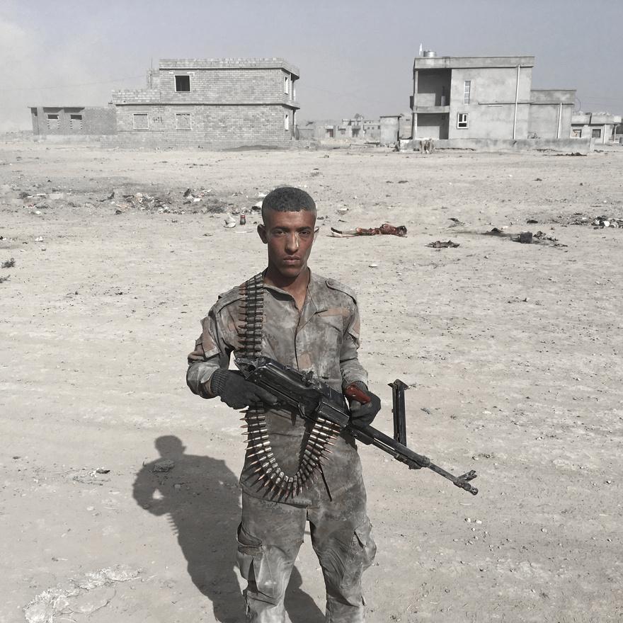 Az iraki hadsereg egyik katonája Al-Hut mellett.