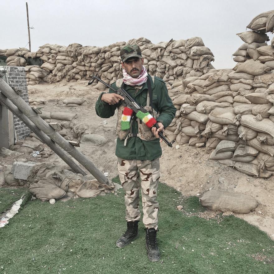 A 25 éves Hiwa Omar Irbilből érkezett, a kurd pesmergákkal harcol Moszul visszafoglalásáért. Állomáshelye 30 kilométerre Moszultól, a szomszédos Gwer falu bevezető útjánál volt, amikor ez a kép készült.