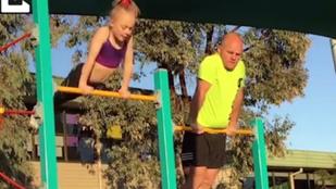 Napi cuki: kislányával tornázó apuka