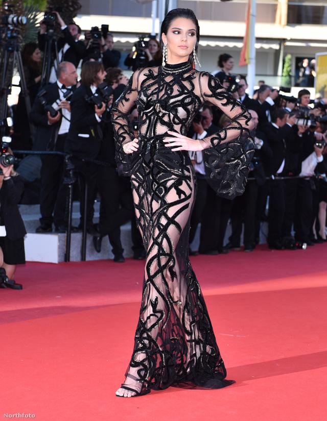 Kendall Jenner áttetsző Roberto Cavalli estélyiben hívta fel magára a figyelmet a Cannes-i Filmfesztiválon.
