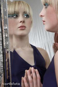 nő tükör szomorú 16370051