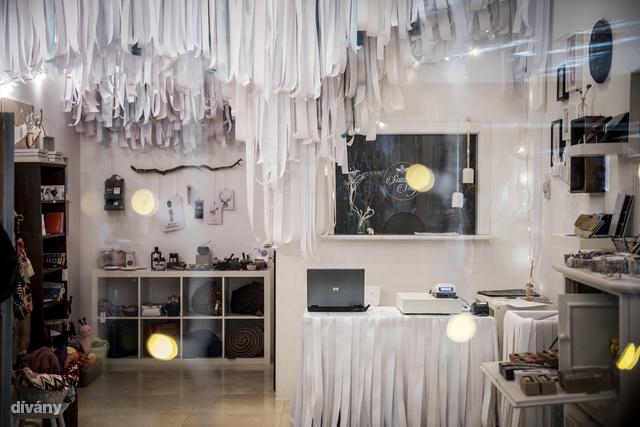 A bolt enteriőrjének kialakítása az Odú Design munkáját dicséri.