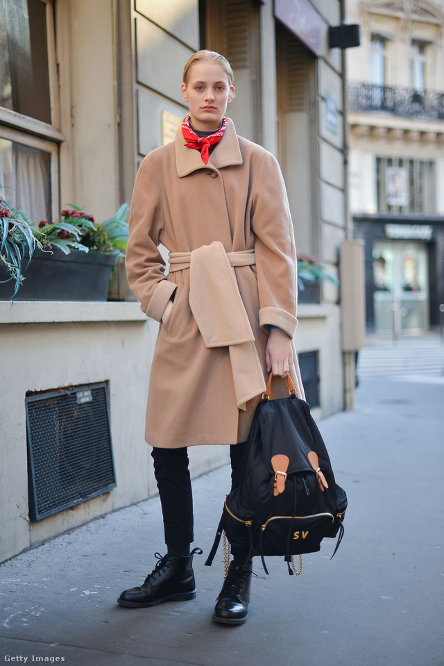Burberry hátizsákot markoló modell Párizsban.