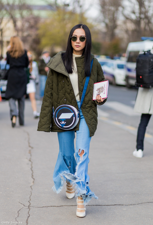 A Chanel táska könnyen kombinálható a hétköznapi ruhatárral.