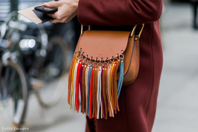 Színes rojtokkal díszített Chloe bőrtáska a New York-i divathéten.