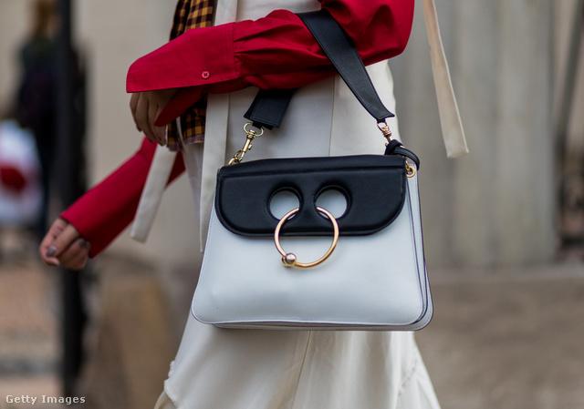 Érdemes volt bevásárolni a J.W. Anderson által tervezett piercinges táskából.