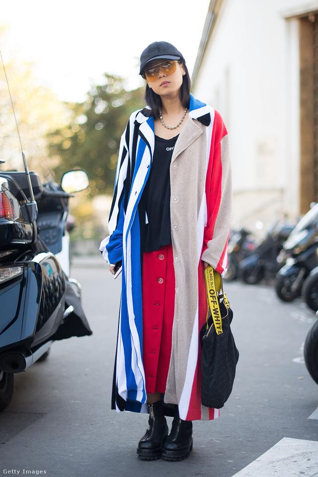 Christina Paik is ilyen sárga pántos táskával mászkált októberben Párizsban.