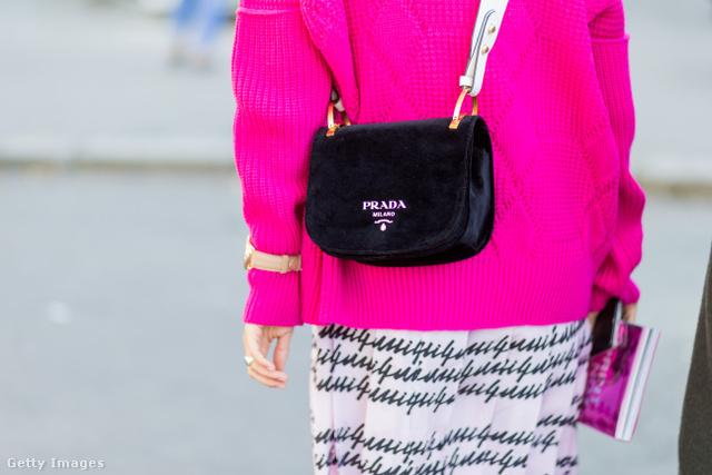 Charlotte Groeneveld rózsaszín pulóverrel kombinálta a klasszikus Prada táskát Párizsban.
