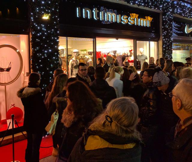 Tömegek az Intimissimi előtt még este 6-kor: a rajongóknak 7-ig nem is volt esélyük bejutni.