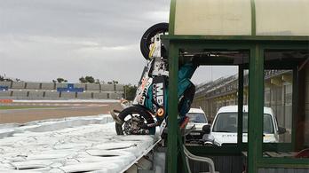 Őrült bukást úszott meg a Moto2-pilóta