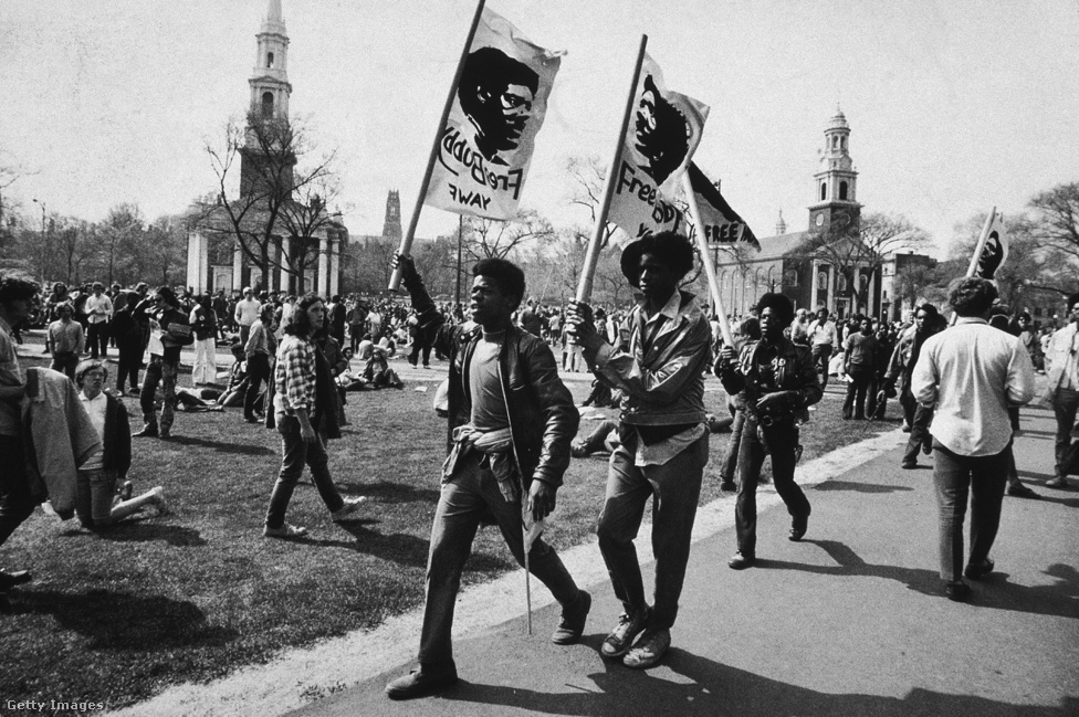 A fekete polgárjogi mozgalom nagyobb sikereket könyvelhetett el az 1960-as évek első felében. Ennek ellenére Harlemben, majd egy évvel később Watts-ban történt lázongások jelezték, az afrikai amerikai társadalom nem minden rétege értékeli pozitívan a bekövetkezett változásokat. Ekkoriban továbbra is magas volt a munkanélküliség aránya, iskolai végzettség alacsony, ezenkívül a lakásproblémák és a rendőri brutalitás továbbra is erősen a köz hatására voltak a fekete közösségekben.                          Sokan csalódtak a Martin Luther King általi erőszakmentes ellenállásban, és a harc ellenpólusaként emlegetett Malcolm X 1965 februárjában bekövetkezett halála nagy lendületet adott a születő Fekete hatalom mozgalomnak.                         Ebben a belpolitikai légkörben hozta létre két oakland-i egyetemista, Huey P. Newton és Bobby Seale a Black Panther Party nevet viselő csoportjukat 1966 októberében, amely megalakulásakor egy radikális, fekete nacionalista mozgalomként indult, és a feketék politikai autonómiájának növelését tűzte ki célul.