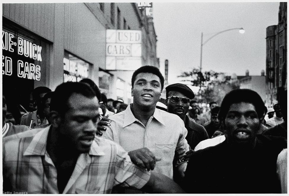 Az idén elhunyt Mohammed Ali is támogatója volt a mozgalomnak. A képen 1970-ben vonul együtt a Fekete Párducok tüntető tömegével New York utcáin. Alit öt év börtönre ítélték miután megtagadta a szolgálatot a Vietnámi-háborúban. Az ítéletet 1971-ben felülírták és ezáltal Ali az arca lett a fekete ellenállásnak.