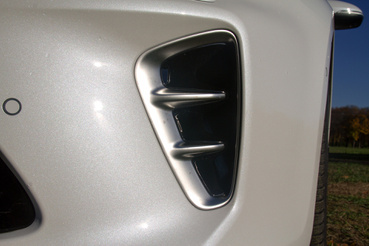 A BMW-nél pl. e mögött is csak méhsejtmintás, tömör plasztikot találni a sokmilliós X4M-nél...