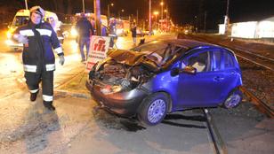 Négyes karambol a Soroksárin - egy autó a sínekre csúszott