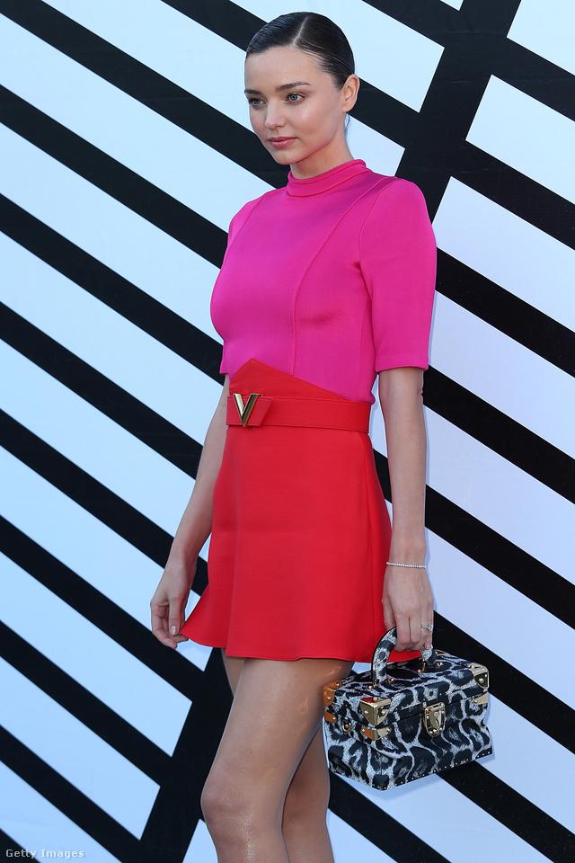 Miranda Kerr az aktuális trendek szerint rózsaszínben hordja a búvárruha anyagú ruhát.
