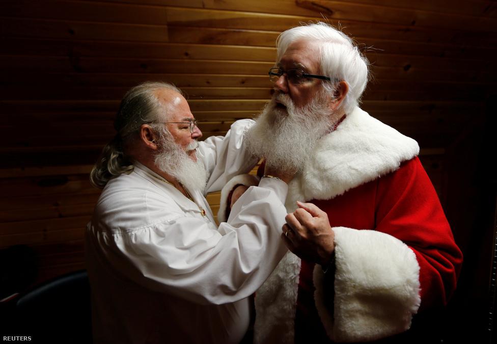 A természetes szakáll inkább drótszerű szokott lenni, ezért komoly zselézési és pödrési szeánszokat kell végigülnie a mikulástanoncoknak - egy ilyen óra azon kevés alkalmak egyike lehet, ahol láthatunk egy csomó öregurat hajsütővassal ügyeskedni. A mikulásoknak egyébként egy dologból van elegük: hogy a szakállukat huzigáljuk, igazi-e. Ráadásul ők azt állítják, hogy a húzkodóknak csak a fele gyerek - a többi felnőtt.