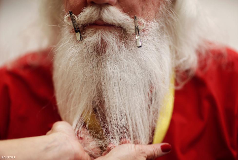 A michigani Charles W. Howard Nonprofit Télapóiskolában (ahol a kicsit kattant tulajdonosék rénszarvasokat tartanak a hátsó kertben) természetesen azt is megtanítják a jelentkező uraknak, hogy gondozzák hajukat és szakállukat, vagy hogy hol találnak élethű álszakállt.