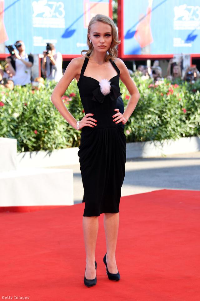 Kis fekete ruhában a Velencei Filmfesztivál vörös szőnyegén.