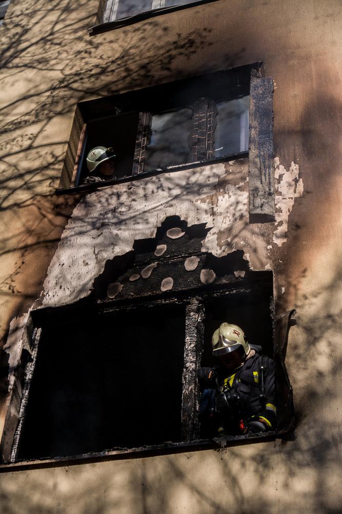 Jól látszik, hogy az első emeleti lakás teljesen kiégett