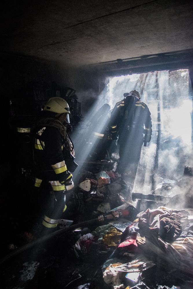 A tűz eloltása után nagy teljesítményű ventilátorral átszellőztették a lépcsőházat is.