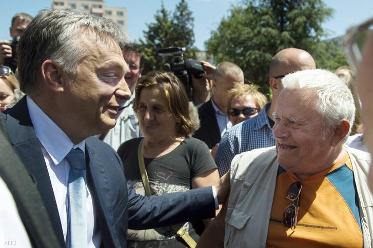Orbán Viktor miniszterelnök egy férfival beszélget a Modern városok program keretében kötött együttműködési megállapodás aláírása után Dunaújvárosban 2016. május 31-én.