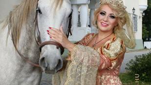 Instahíradó: Kiszel Tünde egy lóval harangozta be új naptárját