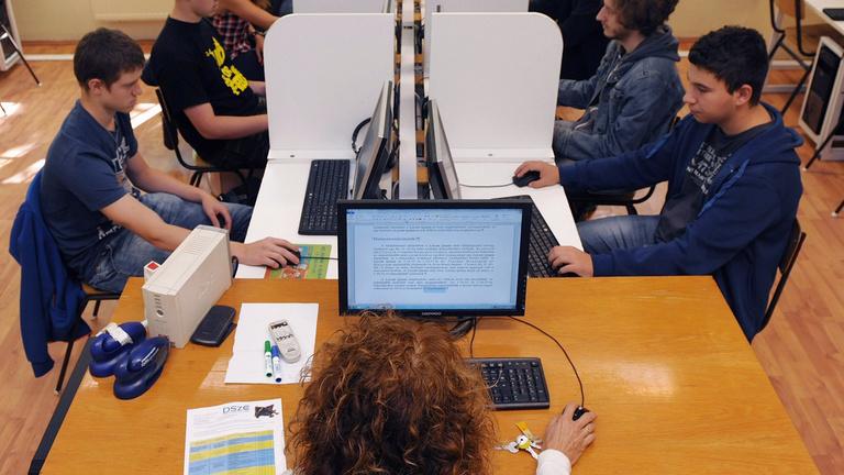 Titoktartási nyilatkozatot íratnak alá a tanárokkal a szakképzési centrumokban