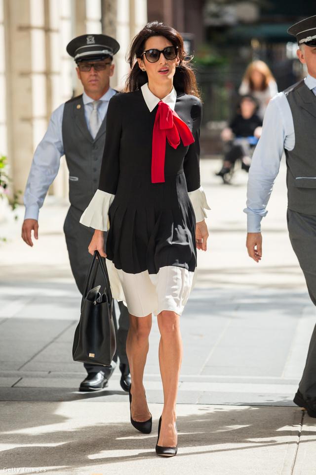 Piros masnival megbolondított zsabós Gucci ruha és túlméretezett napszemüveg New Yorkban.