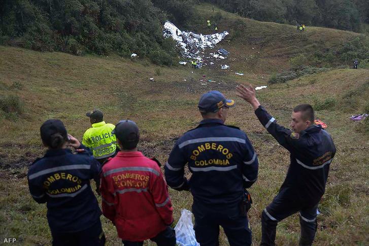 A lezuhant gép roncsa egy domboldalon