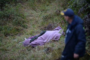 Pokróccal letakart holttest a domboldalon a tragédia helyszíne közelében