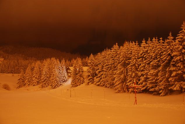 Pedig ilyen szép este havazás után a kivilágított pálya