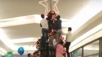 Nem, az arabok nem téptek szét egy karácsonyfát egy nyugati bevásárlóközpontban