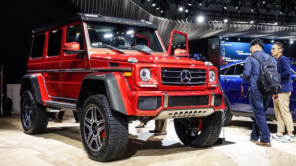 Mercedes-Benz G550 4x4², az erősen orosz oligarchás ízlésre hangolt, vadiúj veterán-Merci az amerikaiaknak, 43 centis hasmagassággal, szuper-erdészeknek, virtuálhegymászóknak és olyanoknak, akik sokat szerelik az autójukat, de nincs emelőjük és aknájuk. Négyliteres, V8-as, biturbós motorja van, ami 416 lóerős