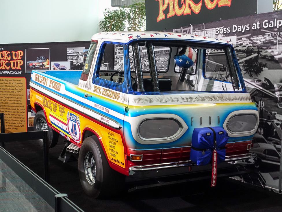 Csak egy 1965-ös Ford Econoline pickup. Vagyis, nem egészen. Az amerikai dragversenyek egyik híres építője, Dick Harding készítette, s a legnagyobb különlegessége nem is az volt, ahogy kétszázas tempóban, két kerékre állva végigszáguldott a negyedmérföldes távon, hanem hogy ezt látszólag fordítva tette. A vezető, George Tuers rükvercben állt be a rajthoz (tehát a karosszéria orrával a pálya felé), majd ott megfordult, és úgy verette végig a távot - hiszen a drag-autó a karosszéria alatt a másik irányban állt. A tömegek 1969-71-ig őrjönghettek érte a lelátókról, utána nem versenyzett többet.