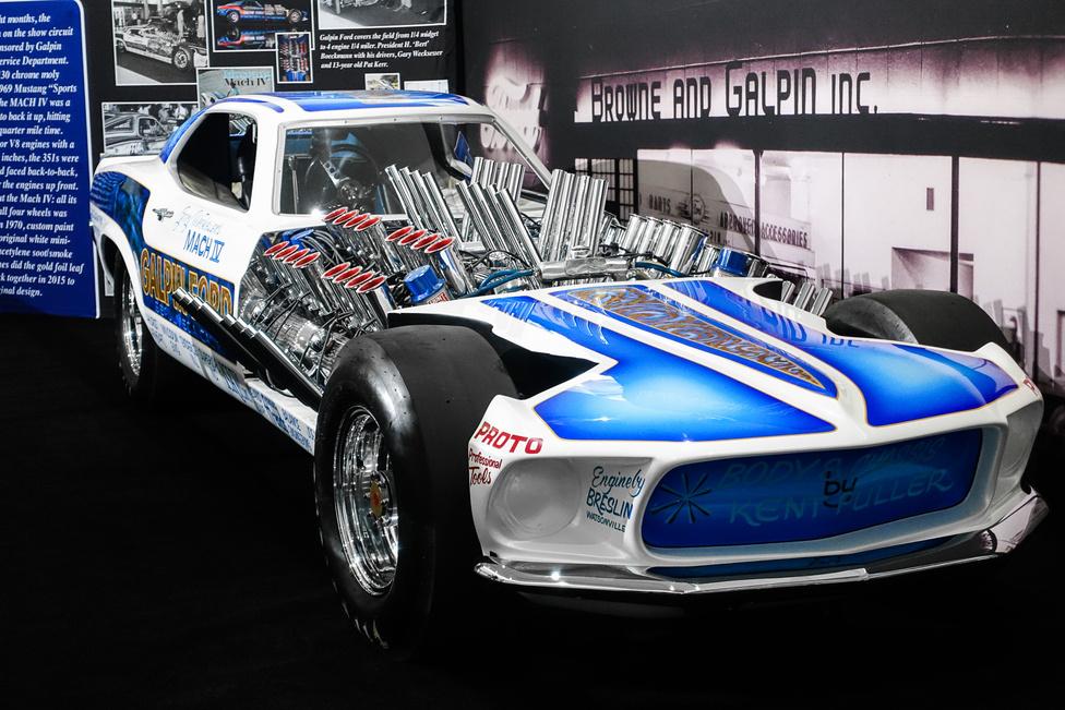 A vidéki hengerveseny különdíjasa: Mustang Mach IV, a négymotoros (Ford 351-es Windsdorok) drag-kocsi. Egyszerű szorzással megállapítható, hogy itt 32 henger, 64 szelep és 1404 köbinch dolgozik (nagyjából) együtt. Az annyi mint 23 ezer köbcenti