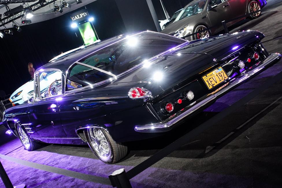 6,4-es, nyomórudas Chrysler V8-as hajtotta a nyitott hosszú diffis hátsó kerekeket 335 lóerővel. Dean Martinnek és Frank Sinatrának is ilyen kocsija volt egy darabig. A hátsó szélvédőmegoldás visszaköszönt a négy-öt évvel későbbi Chrysler-kupékon - illetve a Fiat 2300 Coupén is, amit érdekes módon szintén a Ghiánál terveztek