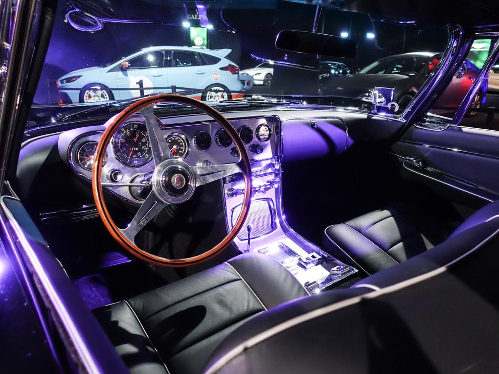 26 példány készült a Ghia L 6.4 Coupéból, ebből nyolcat a hollywoodi filmautó-készítő, Geroge Barris épített át, elöl szögletes, európai stílusú fényszórókkal, rejtett indexekkel. A belseje azonban mindnek ugyanolyan volt - 1962-ben ez a fajta körórás műszerezettség a lehúzott középkonzollal még a jövő ígérete volt