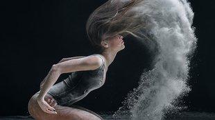 Lenyűgözően dinamikus fotók lisztfelhőbe burkolt táncosokról