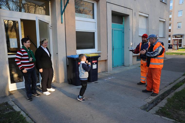 Peti egy budapesti kisfiú, akinek az volt a legnagyobb álma, hogy ne csak otthona negyedik emeleti ablakából, hanem testközelből csodálhasson meg egy kukásautót, az meg pláne, hogy utazhasson is vele