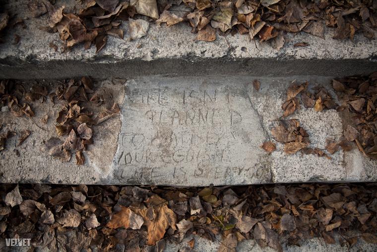 """Kissé nehezen kivehető a betonba karcolt angol nyelvű bölcsesség, de megpróbáltuk kibogozni: """"Life isn't planned to satisfy our egoism! Life is over you"""""""
