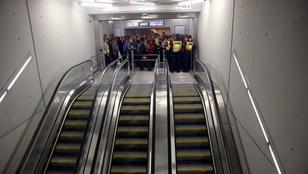 Füstölt a 4-es metró, az embereket az alagúton keresztül hozták ki