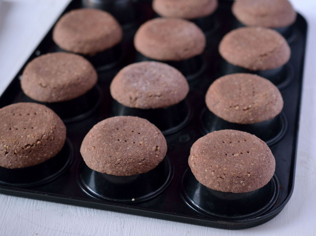 Így sültek a teflonos muffintepsi hátulján az omlóstészta-kosárkák