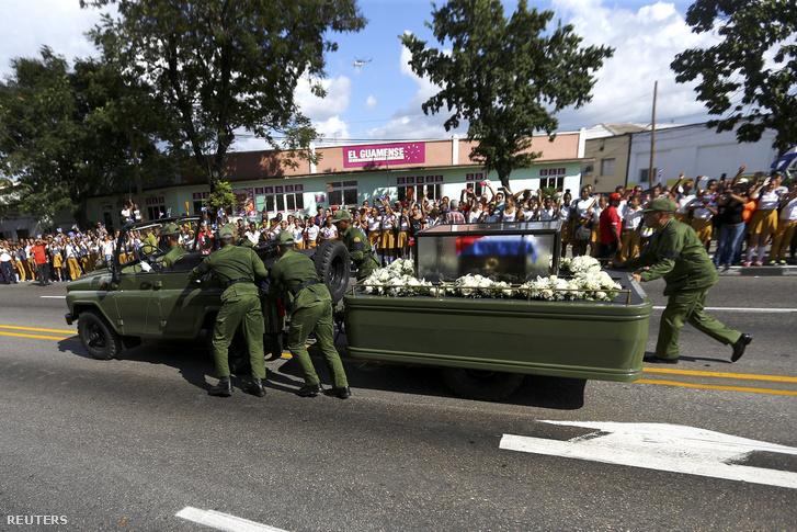 Katonák tolják a Castro hamvait szállító terepjárót, ami lerobbant az országos körút egyik állomásán.
