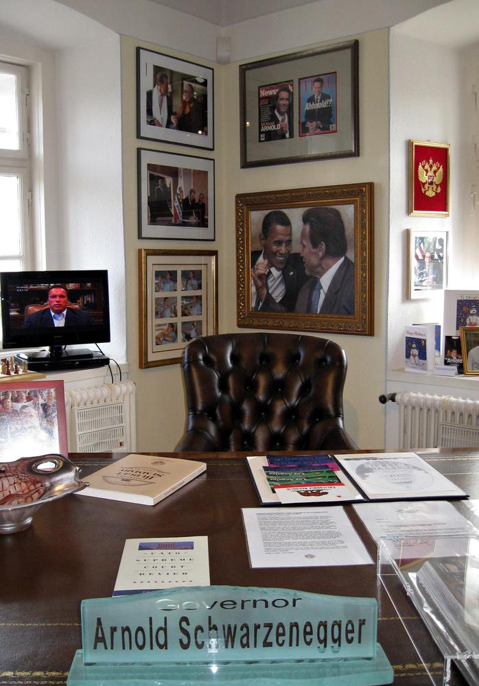 Egy szobával beljebb át is térhetünk a politikai karrierjére is