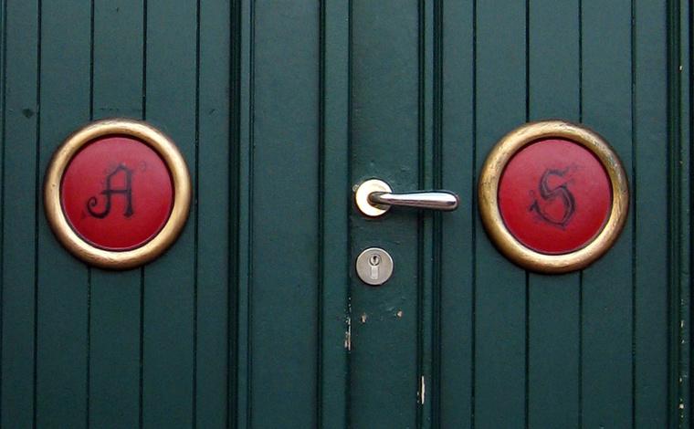 És az ajtó monogramos