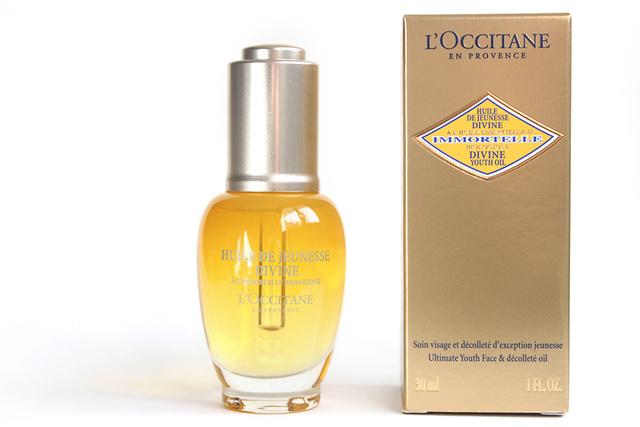 Tévhit: a matt bőr fiatalít.                         Ez ugyanúgy nem igaz, mint az, hogy egy bizonyos kor után  már rövid frizurát kell viselni. Csakúgy mint az egészséges, fényes hajjal, úgy a hidratált bőrrel sem lőhetünk mellé. A sztársminkes szerint egy olajos arckezelés jó alap az arcbőr ápoláshoz, ehhez pedig a L'Occitane Divine Youth Oil termékét ajánlja, amiért 106 dollárt, 31.389 forintot kérnek az üzletekben.