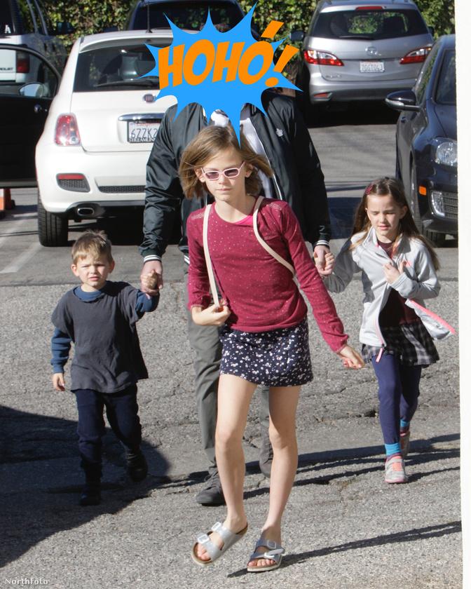 Megint egy apuka, aki három gyereket sétáltat