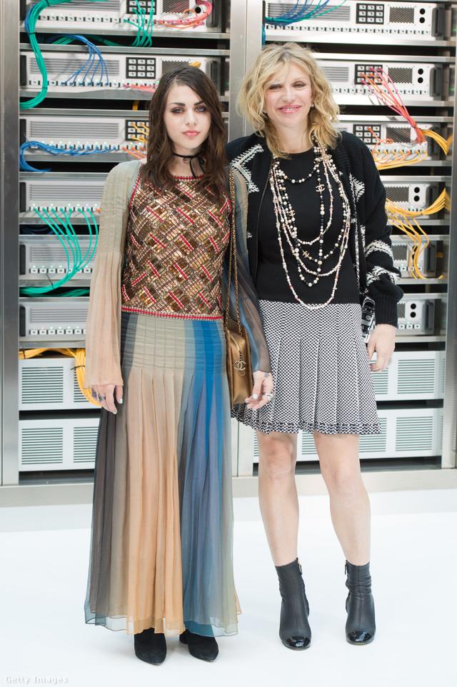 Courtney Love és 24 éves lánya, Frances Bean Cobain az összes fontos párizsi divatbemutatót együtt ülték végig 2016-ban.
