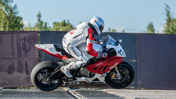 Harminc év, ennyit kellett várni, hogy újra versenymotorok repüljenek Imatra legendás sínjei felett. Megható pillanata volt a hétvégének, amikor a rendezvény egyik főkolomposa, a helyi Juha Kallio is megérkezett superbike BMW-jével