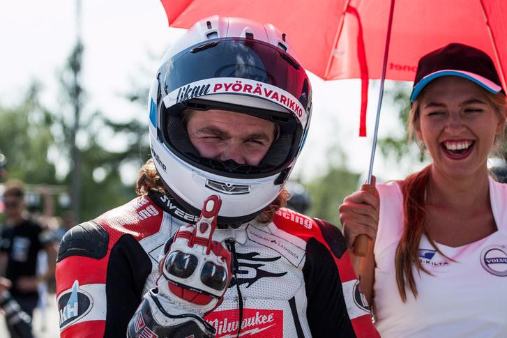 Juha Kallio vicces fiú, néha talán túl vicces, de mindenképp az egyik legszerethetőbb motorversenyző azok közül, akiket ismerek
